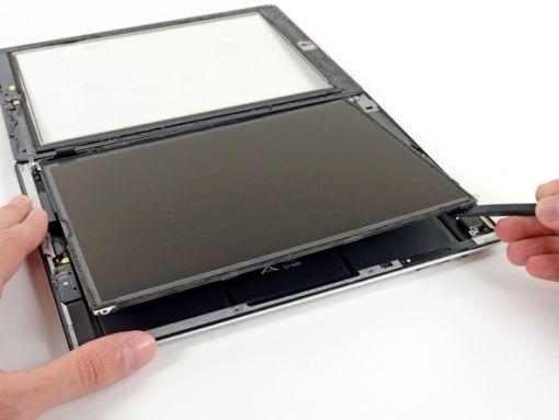 Schritt 26 -       Heben Sie den rechten Rand des LCD aus dem iPad mit einem Kunststoff-Öffnungswerkzeug oder einen Spudger.      Drehen Sie den LCD entlang der linken Kante. Legen Sie es auf der Oberseite der Frontscheibe.      Das Flachbandkabel ist empfindlich und kann zerbrechen, wenn man es zu viel biegt, also seien Sie vorsichtig, während Sie den LCD bewegen.