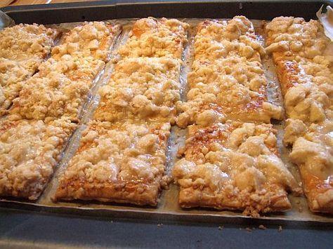 Sehen sie nicht lecker aus? Ich liebe Prasselkuchen. Leider kriege ich die bei keinem Bäcker in der Gegend. Und wenn ich sie doch mal irgendwo finde, sind es trockene Teile auf denen sich kaum Stre…