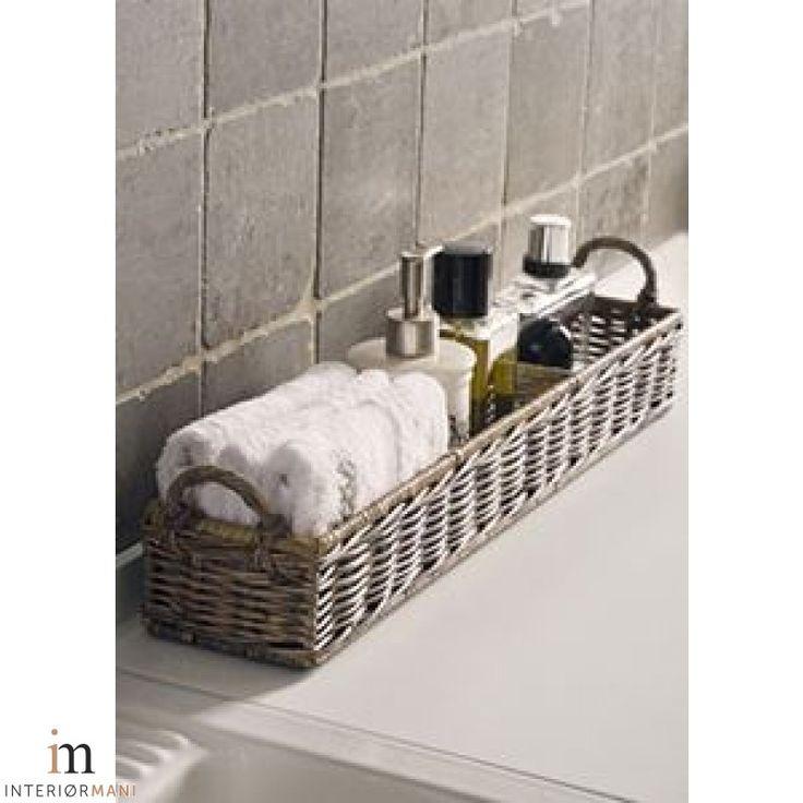 Lekker avlang kurv fra Riviera Maison. Denne passer perfekt langs badekarkanten, kjøkkenbenken, vaskerommet Ol til småting. Mål: B:12 x H:14 x L:58 cm interiormani.no