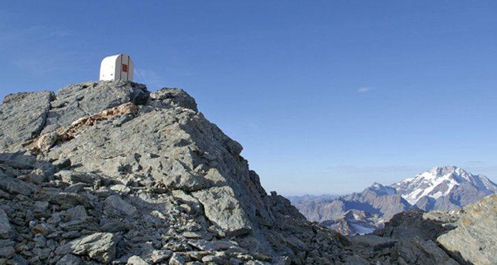 BIVACCO PARRAVICINI - Sorge a 3183 m di fronte alla parete S del Pizzo Roseg, su un cocuzzolo roccioso della bastionata che forma la sponda meridionale della Vedretta di Scerscen superiore