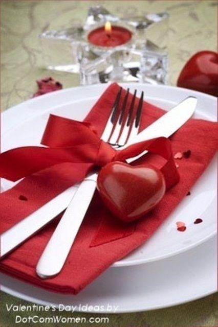 59 Romantic Valentine's Day Table Settings IDEIA - usar fio de rafia para fazer o laço e contrastar com o guardanapo vermelho.