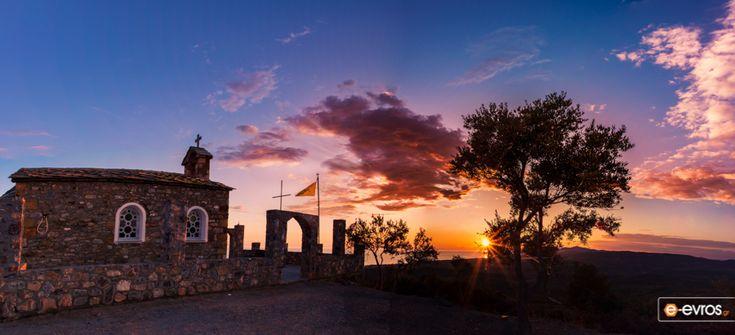 Στο εκκλησάκι του προφήτη Ηλία, πάνω από τη Μάκρη, με φόντο τον πολύχρωμο ουρανό.