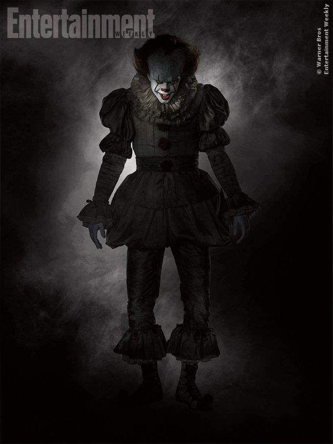 Wow! Dieser Clown ist echt so ziemlich der furchtbarste Killer, der jemals auf Kinder los ging... Das Kostüm wird euch einen Schauer über den Rücken jagen. Hier seht ihr das erste Ganzkörper-Foto! Pennywise zum ersten Mal in voller Größe ➠ https://www.film.tv/go/bf  #Es #Pennywise #StephenKing