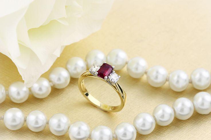Inel cu Rubin si Diamant Dama Aur Galben si Alb 18kt cu un Rubin Forma Smarald si 2 Diamante Rotund Briliant - RDR389YW