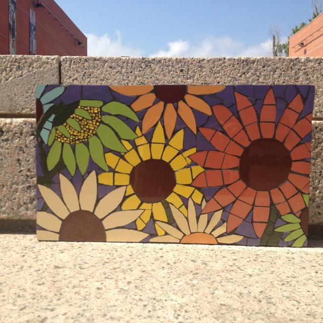 Girasoles en mosaico, piezas cortadas a medida. 35 x 20cm. Base de madera.