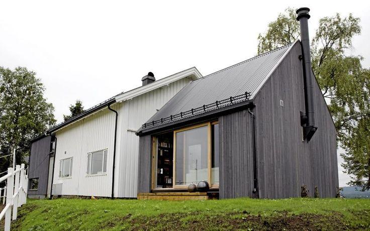 UTVIDET I BEGGE ENDER: Tilbygget til venstre har samme takvinkel, mønehøyde og bredde som hovedhuset, mens tilbygget til høyre har en spissere takvinkel, og er noe lavere og smalere. Foto: Elisabeth Sperre Alnes