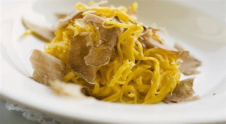 TAJARIN piatto tradizionale Piemontese, tipico delle Langhe. Tagliolini di grano duro con l'uovo, che ben si abbinano al tartufo bianco di Alba dove al posto del burro, si usa della fonduta di formaggio. I taJarin sono una sorta di mito della cucina piemontese, dal colore giallo intenso per l'impiego di un numero impressionante di uova: trenta o addirittura quaranta tuorli per chilo di farina!#CarnevaliLuigi https://www.facebook.com/IlBuongustaioCurioso/