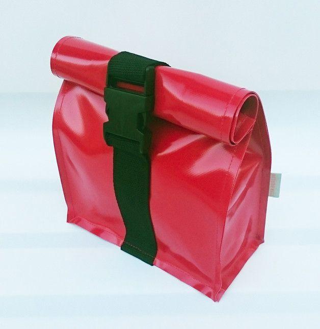 Kulturbeutel oder Lunchbag aus LKW-Plane. Verschließbar mit Steckschließe.    Bitte Farbwunsch angeben.