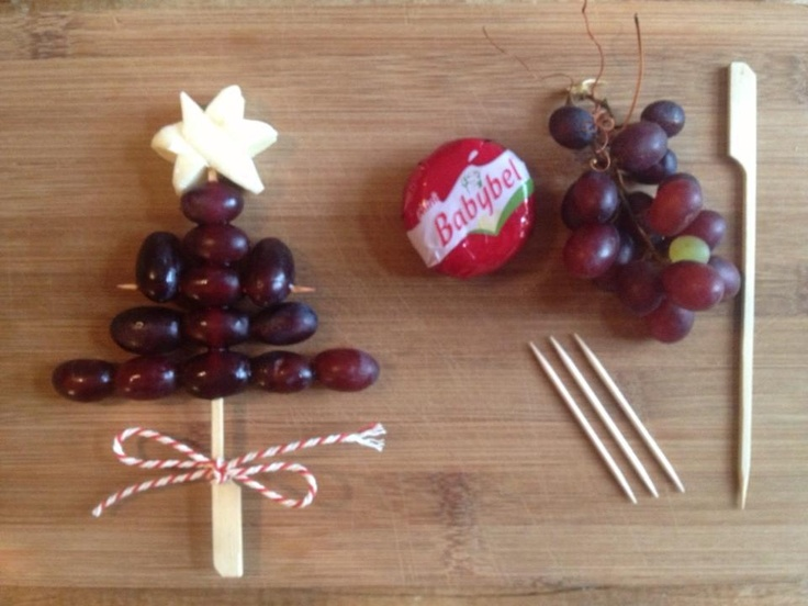 fruit en kaas voor het kerstontbijt op school leuk als traktatie - healthy xmas treat #bentobox easy idea with grapes and a babybell more on www.moodkids.nl #traktatie
