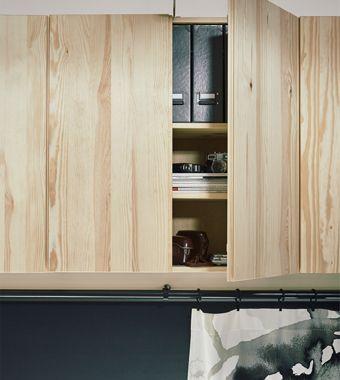 Hľadáte praktické úložné riešenia a nábytok do malých priestorov? V IKEA nájdete praktickú skrinku IVAR. Využili sme celú výšku priestoru, aby sme uvoľnili miesto na podlahe. Rad skriniek IVAR vysoko na stene poslúži na uloženie vecí, ktoré nepotrebujete denne.