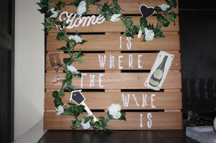 Leuk voor iemand die van wijn houdt! Neem een terrastegel en versier die met een klein glaasje, stempel met verf de woorden er op. Laat je fantasie spreken.