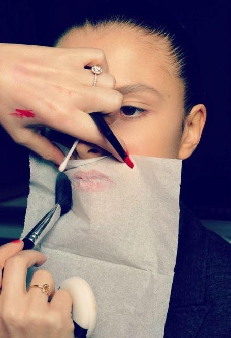 Para fazer com que o batom dure o dia inteiro, segure um lenço sobre os lábios e polvilhe pó translúcido.