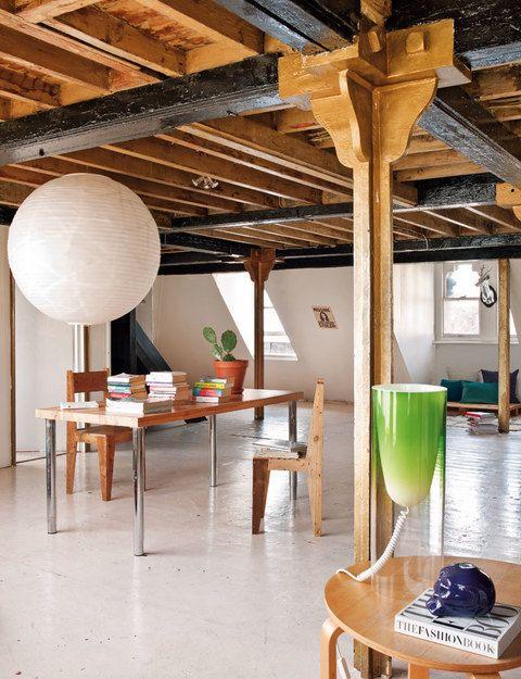 Para mantener la sensación de amplitud, la zona de trabajo se ha montado en el centro con una mesa antigua de la diseñadora Goldie, amiga de Gala, y unas sillas de madera, en Lifestyle Bazaar. La lámpara de techo es de Habitat.