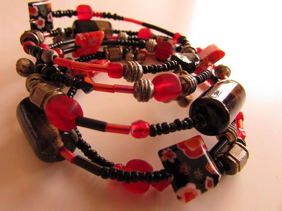 Bracelet en fil mémoire de forme avec des perles dans les tons