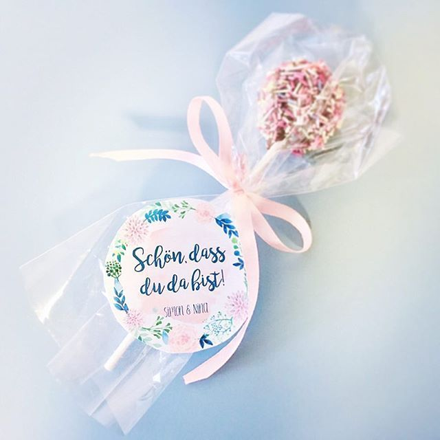 Cake Pops Als Gastgeschenke Mit Kleinem Anhanger Um Die Gaste Willkommen Zu Heissen Fanden Wir Eine Schone Idee Auss Hochzeit Geschenke Gastgeschenke Hochzeit