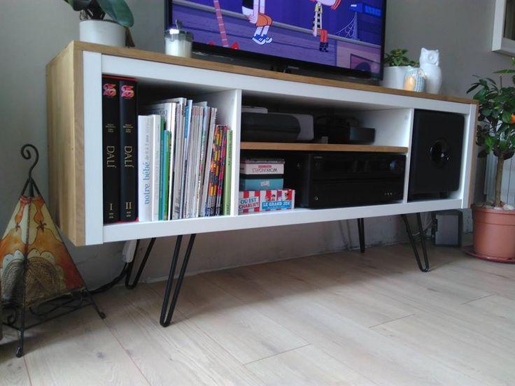 Je suis tombée par hasard sur votre site et je me suis dis que j'allais partager mon expérience en bidouille Ikea ! Je souhaitais un meuble TV sur pied qui puisse accueillir le caisson de basse cubique et l'ampli de mon mari. Challenge difficile voir impossible à un prix raisonnable. Une colonne kallax permettait de ranger mais je ne pouvez plus les voir en peinture!!J'ai donc pensé à concevoir moi même ! Matériel : – colonne KALLAX 4 cases blanc – planches de hêtre pour le coffrage – vernis…