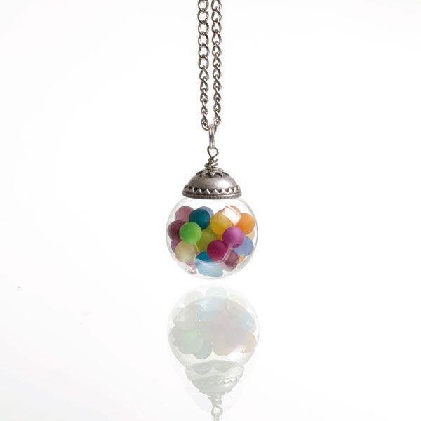 Glaskugelanhänger gefüllt mit bunten Polarisperlen. Alle Materialien bei Glücksfieber erhältlich.