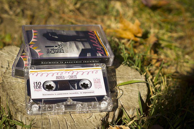 Invitación totalmente innovadora, confeccionada con cassettes reales y diseño totalmente personalizado. Más información en el siguiente Link :  http://www.nos-casamos.cl/work/cassette-del-amor/