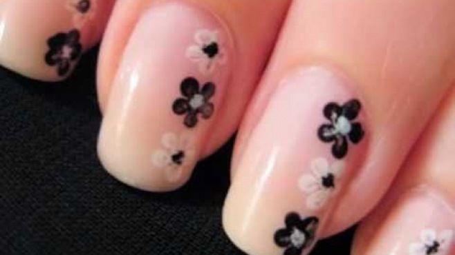 Siyah Beyaz Çiçek Desenli Tırnak Süsleme -