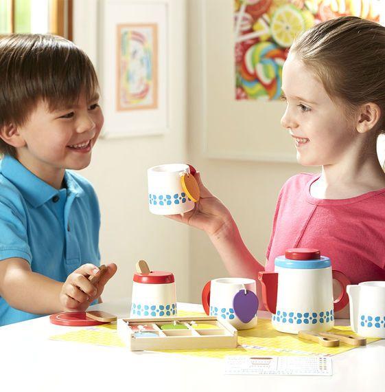 Houten thee set met theezakjes en koekjes van Melissa and Doug. Deze houten speelgoed thee set bevat alles wat een kind nodig heeft voor een gezellig theekransje. Zo bestaat de set uit 1 theepot met deksel, 2 theekopjes, 2 lepels, een suikerpot, een melkkan, 6 theesoorten in een doosje en een bordje met 2 koekjes.