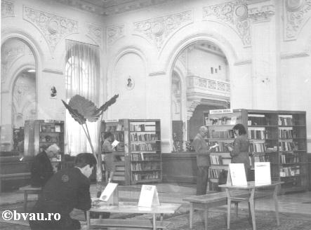 """Sala împrumut pentru adulţi a Bibliotecii """"V.A. Urechia"""" care se afla în sediul actualei Case a Armatei, Galati, Romania, anul 1965, http://stone.bvau.ro:8282/greenstone/collect/fotograf/index/assoc/JSala_im.dir/Sala_Imprumut_Casa%20Armatei.jpg.  Imagine din colecţiile Bibliotecii Judeţene """"V.A. Urechia"""" Galaţi."""