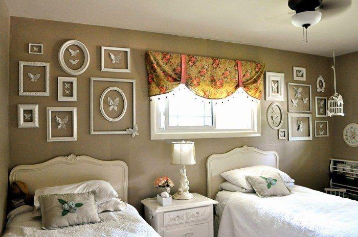 Повесить на стену картину – наиболее очевидный вариант декора...