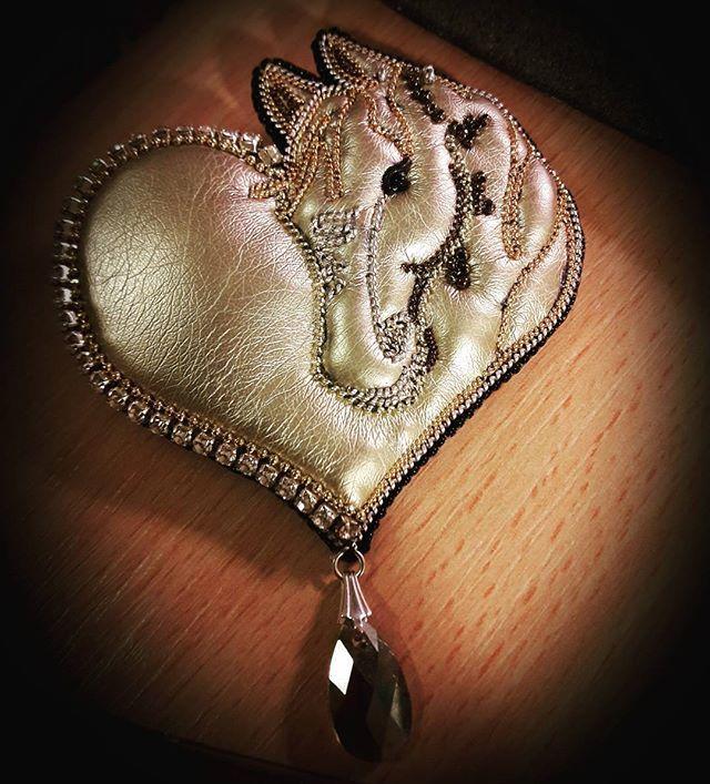 Подарок для моей подруги Стеллы, у нее золотое сердце и огромная страсть к лошадям #брошь #лошадь #сердце