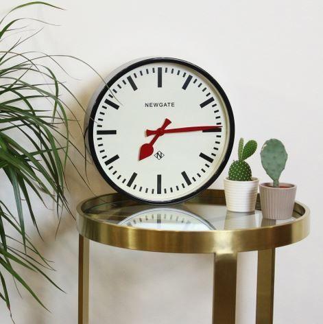Näyttävä seinäkello on olohuoneen valtias! Tämäkin komeus löytyy verkkokaupastamme www.interiortoday.fi NEWGATE®, Interiortodayfi, kello, seinäkello, olohuone, aika, koti, sisustus, design