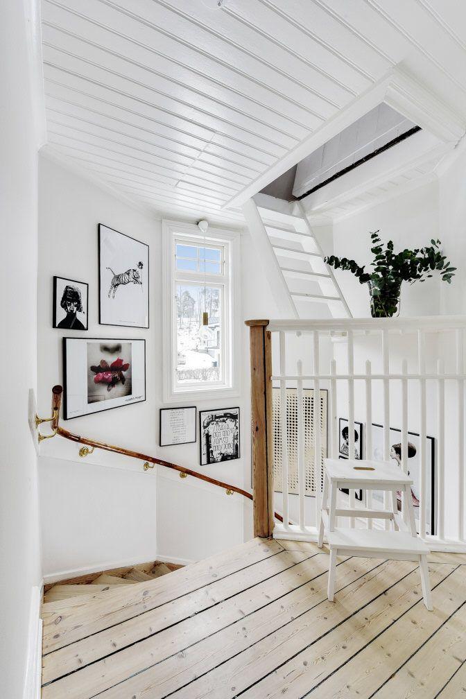 Ståtligt, unikt – och rosa! Det här drömmiga huset strax utanför Stockholms innerstad för tankarna till Villa Villekulla och är just nu till salu. Kika in!