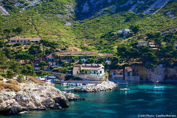 Si la calanque de Sormiou, située à quelques kilomètres à l'est de Marseille, est l'une des plus fréquentées, elle a toutefois su être préservée. Très prisée pour son art de vivre au cabanon, elle est aussi le berceau de la plongée sous-marine.