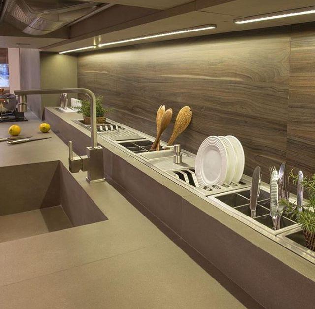 Cozinha prática e moderna com guarda utensílios embutido na pia