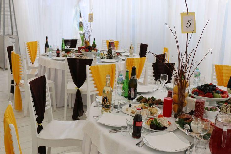 Желтая свадьба. Столы и стулья гостей в желто-коричневом сочетании. Осеняя свадьба, украшение зала и столов гостей