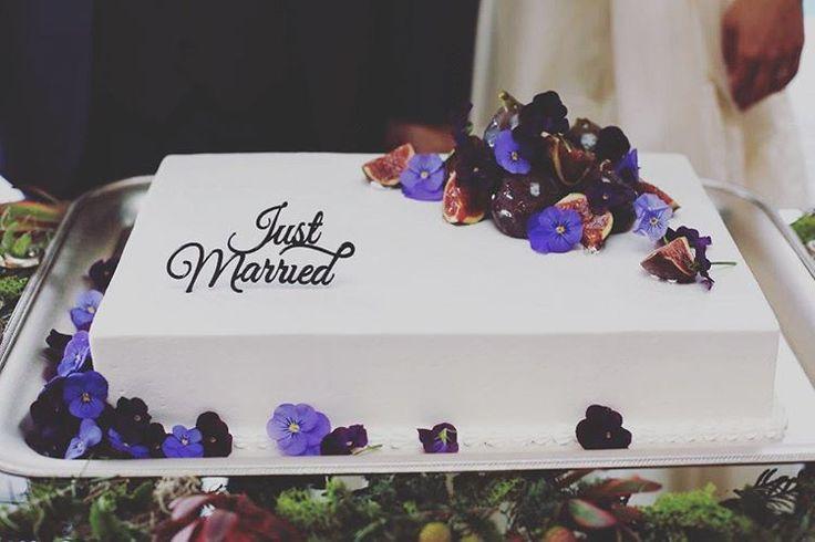 「▽▼▽ 無花果とエディブルフラワーを飾った シンプルで大人っぽいウェディングケーキ Just Marriedのケーキトッパーで海外ウェディングのようなオシャレなケーキに♡ #TheSouthHarborResort #wedding #cake #simple #flower #fig #DIY…」