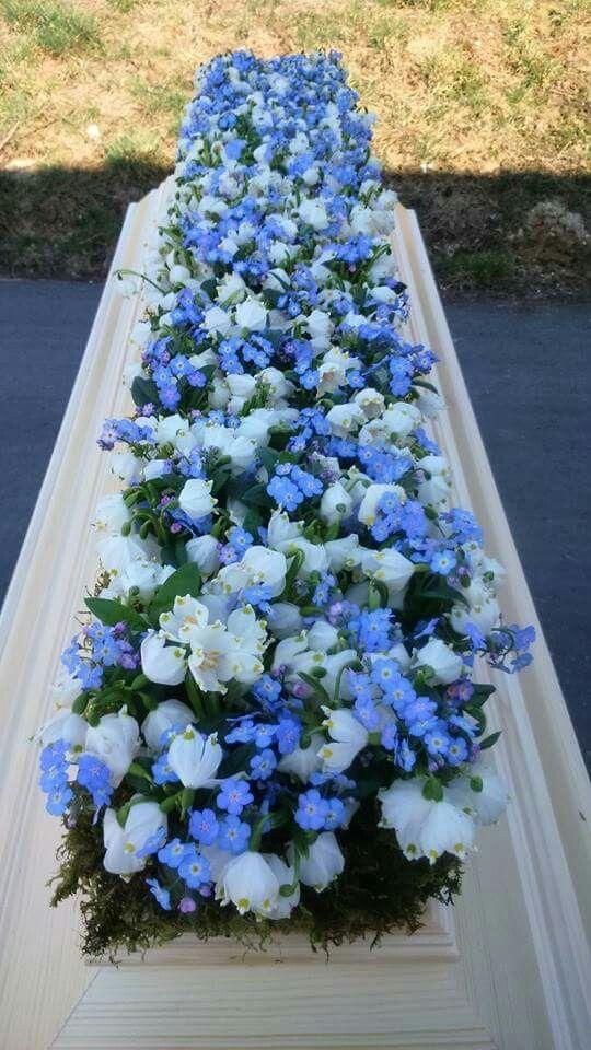 Bloemen, heel veel bloemen | Vind meer inspiratie over de romantische uitvaart op http://www.rememberme.nl/romantische-uitvaart/