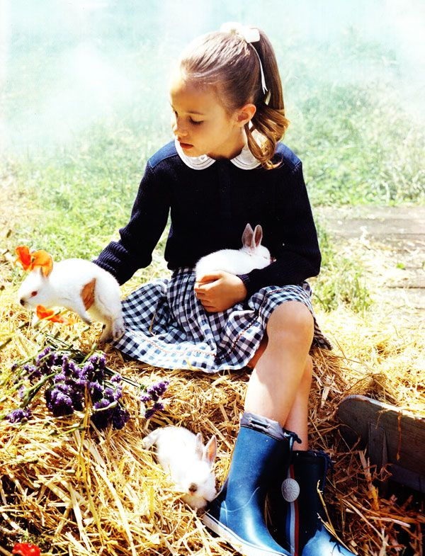 Peter Pan collar and gingham skirt - Via Vogue Enfants