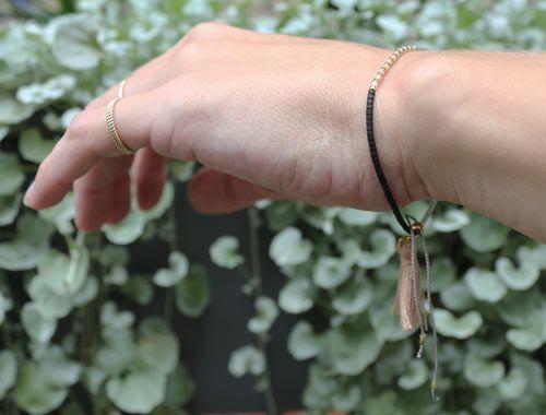 Armbånd med delica perler og silkesnor