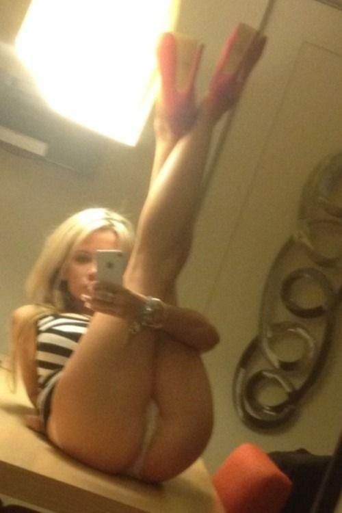 Hot blonde with nice ass selfshot