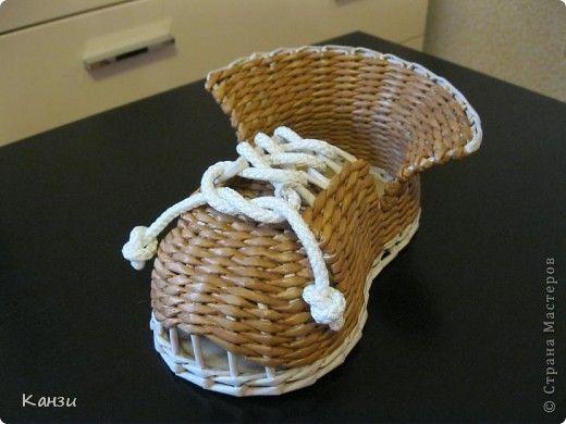 Поделка изделие Плетение Башмак Бумага газетная Трубочки бумажные фото 2