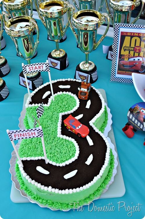 TheDomesticProject - Simple step by step instructions for decorating a Cars birthday cake