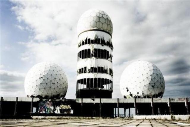 Teufelsberg, los últimos vestigios del espionaje de la guerra fría.    En las inmediaciones del bosque de Grunewald, en Berlín, la NSA, Agencia Americana de Seguridad Nacional construyó una estación de escucha, asociada a la red de espionaje mundial ECHELON