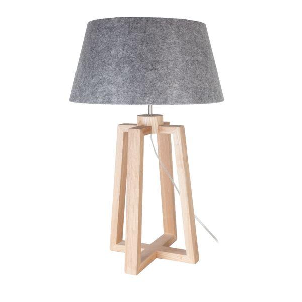 Lasse tafellamp heeft een houten essen voet met een linnenkap, die in 7 kleuren te verkrijgen is. De tafellamp heeft een doorzichtigsnoer met een aan en uit schakelaar.
