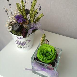 composizione con fiori stabilizzati in stile shabby chic nei toni del lilla e verde