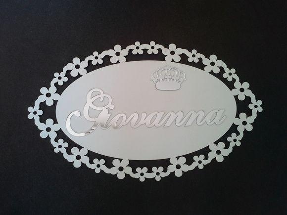 Enfeite de parede ou porta em Mdf branco, medindo 50x30, com nome e coroa espelhados.    Alterações de nome e cor sob consulta.