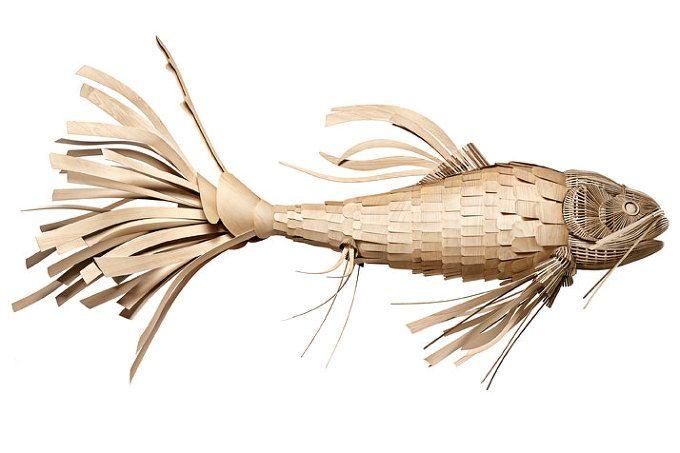 하늘을 헤엄치는 거대한 물고기 한마리. 머리부터 꼬리 지느러미까지 약 3미터에 달하는 길이의 아름다운 물고기 조각상은 발렌시아를 기반으로 하는 디자인 스튜디오, LZF Lamps의 최근작으로 2009년도 부터 시작된 일련의 작업선상에 위치한다. 흥미로운 선형 오브제와 조명이 결합된 디자인은 'vareta'로 불리우는 스페인 전통 목공작업에서 발전, 작은 베니어합판을 겹겹이 오버랩한 붙임작업으로 완성된다. 이 멋진 예술..