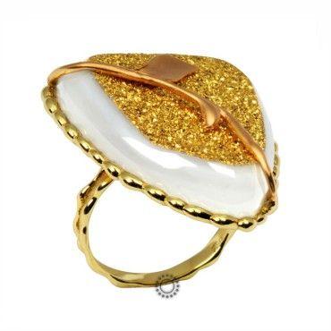 Ένα πολύ εντυπωσιακό δαχτυλίδι σε χρυσό Κ18 με τρίγωνο λευκό ορυκτό αχάτη, δεμένο με κίτρινο χρυσό & κλαδί από ροζ χρυσό, καλυμμένο με χρυσόσκονη σε όλη την όψη του #αχατης #χρυσο #δαχτυλίδι