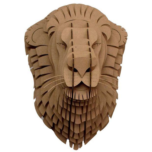 En un barco de nombre extranjero ha llegado a Curiosite la cabeza de león de cartón de Cardboard Safari...