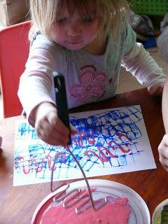 En nog een leuk ideetje: laat je kinderen eens de aardappelstamper gebruiken om een kleurrijk schilderij te maken. (Child Central Station)