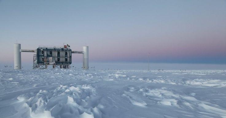Os neutrinos, partículas quase sem massa e que viajam à velocidade da luz, exigem dos cientistas muita imaginação para serem estudadas. Na Antártida existe o IceCube, o maior detector de neutrinos do mundo. O observatório tem 86 cabos onde estão montados 5.160 módulos ópticos capazes de ver flashes de luz azul, emitidos quando o neutrino interage com o gelo. A energia gerada pela colisão é tão forte que, para efeito de comparação, se estenderia por seis quarteirões de uma cidade. Os…