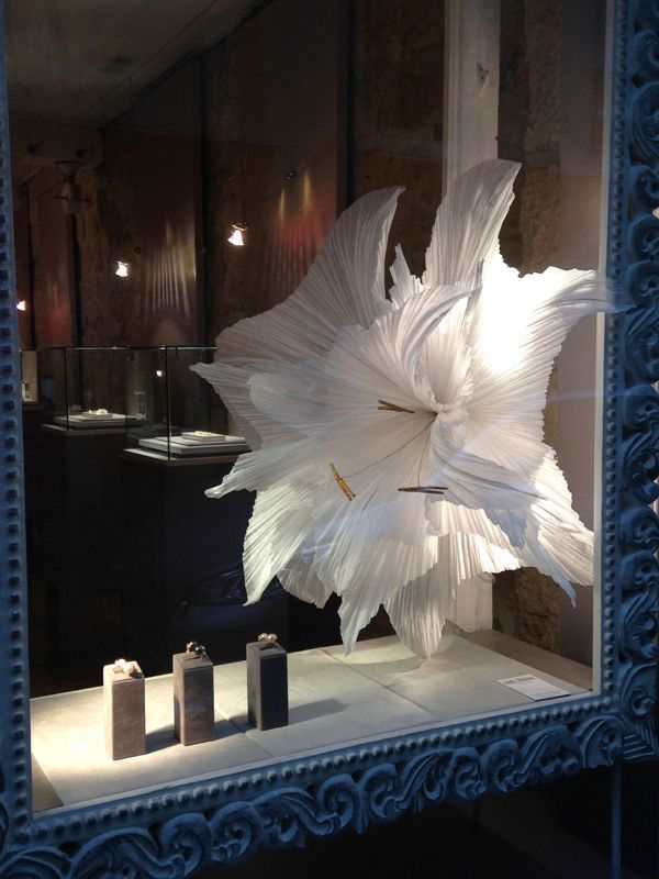 Vitrines en papier de soie par Maryse Dugois, artiste papier