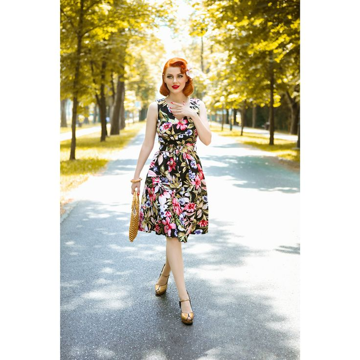 Precioso vestido Mayo, cuenta con un busto crossover con escote en V muy favorecedor cintura ajustada, falda de los años 50 y una cremallera oculta. Este estilo de pin up es perfecto para crearte una preciosa figura, echo de algodón suave y elástico y completamente forrado.